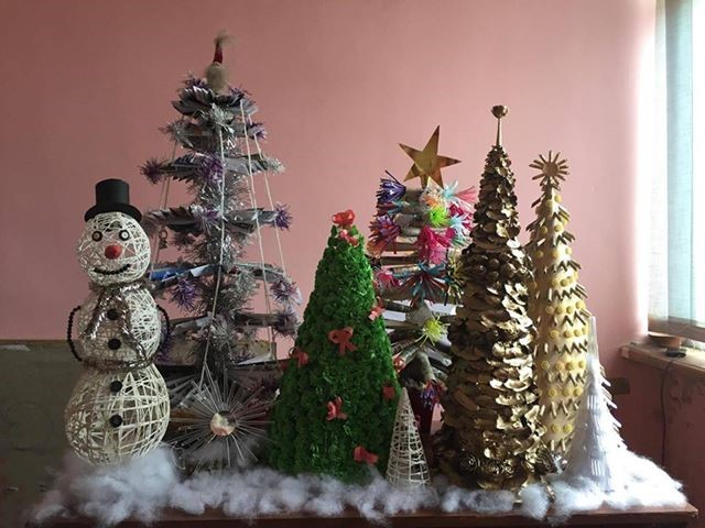 Under The Rules Of Competition, Anyone Could Send Photos Of Their Hand Made  Christmas Accessories Made From Old Items. The Photos Were Then Uploaded On  A ...